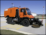 Unimog with sweeper body and brushes